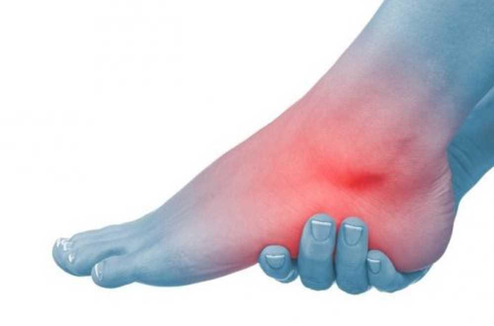 picior umflat cu erupție roșie ce cauzează umflarea picioarelor la bătrânețe